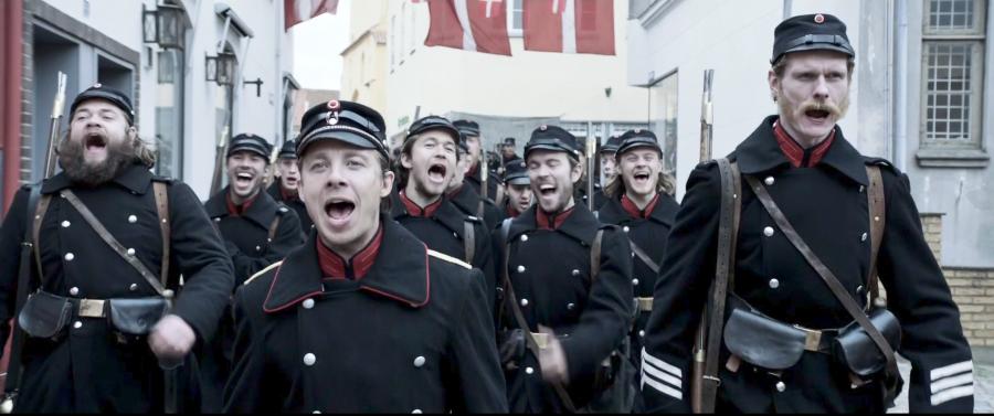 """Infantería danesa cantando """"Dengang jeg drog af sted"""", durante la serie """"1864"""""""